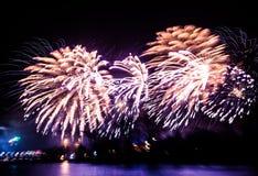 Abstracto, borroso, foto colorida del bokeh-estilo de fuegos artificiales sobre el río en Año Nuevo Fotografía de archivo