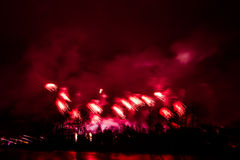 Abstracto, borroso, foto colorida del bokeh-estilo de fuegos artificiales sobre el río en Año Nuevo Imágenes de archivo libres de regalías