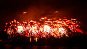 Abstracto, borroso, foto colorida del bokeh-estilo de fuegos artificiales sobre el río en Año Nuevo Fotos de archivo libres de regalías