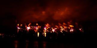 Abstracto, borroso, foto colorida del bokeh-estilo de fuegos artificiales sobre el río en Año Nuevo Fotografía de archivo libre de regalías