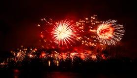 Abstracto, borroso, foto colorida del bokeh-estilo de fuegos artificiales sobre el río en Año Nuevo Foto de archivo libre de regalías