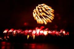 Abstracto, borroso, foto colorida del bokeh-estilo de fuegos artificiales sobre el río en Año Nuevo Imagen de archivo
