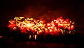 Abstracto, borroso, foto colorida del bokeh-estilo de fuegos artificiales sobre el río en Año Nuevo Foto de archivo