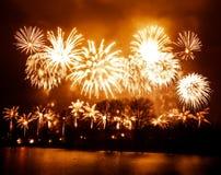 Abstracto, borroso, foto colorida del bokeh-estilo de fuegos artificiales sobre el río en Año Nuevo Fotos de archivo