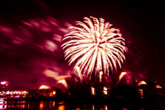 Abstracto, borroso, foto colorida del bokeh-estilo de fuegos artificiales sobre el río en Año Nuevo Imagenes de archivo