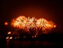 Abstracto, borroso, foto colorida del bokeh-estilo de fuegos artificiales sobre el río en Año Nuevo Imagen de archivo libre de regalías