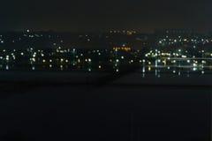 Abstraia a cidade ou a cidade borrada do bokeh da luz da noite do fundo com Fotografia de Stock Royalty Free