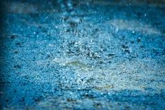 Abstraia de chover no assoalho do cimento foto de stock