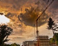 Abstraia a foto alienada de um canteiro de obras na floresta com uma nuvem escura acima do guindaste imagem de stock