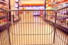 Abstraia a foto borrada da loja com trole do alimento em um supermark imagens de stock