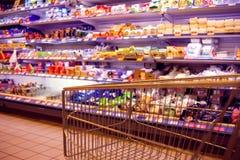 Abstraia a foto borrada da loja com trole do alimento em um supermark foto de stock