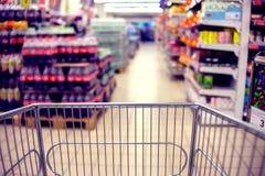 Abstraia a foto borrada da loja com trole do alimento em um supermark imagem de stock