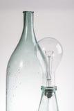 Abstraia a garrafa e a lâmpada de vidro do vintage do espaço livre imóvel da vida Foto de Stock Royalty Free