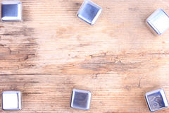 abstraia o fundo Cubos de prata de aço na superfície de madeira velha Imagem de Stock