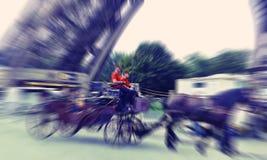 abstraia o fundo Paris, turistas no transporte com nea dos cavalos Fotos de Stock Royalty Free