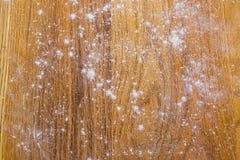 Abstraia o fundo textured com farinha em uma placa de corte de madeira em uma cozinha Foto de Stock Royalty Free