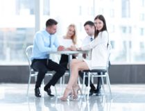 Abstraia o grupo de executivos borrado que sentam-se em uma tabela fotografia de stock royalty free
