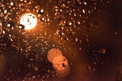 abstraiga el fondo Descensos sobre el vidrio en la noche con el bokeh fotos de archivo