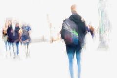 abstraiga el fondo Falta de definición de movimiento intencional Ciudad en la primavera temprana Calle, hombre joven y muchachas  Fotografía de archivo libre de regalías