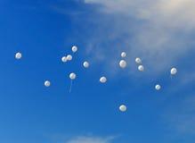 abstraiga el fondo Globos blancos en el cielo foto de archivo libre de regalías