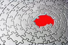 Abstrait d'une scie sauteuse argentée avec les parties manquantes au centre rouge Image stock