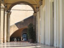 Abstrakcjonistyczna antyczna średniowieczna kolumnada w Rimini, Włochy obrazy stock