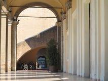 Abstrakcjonistyczna antyczna średniowieczna kolumnada w Rimini, Włochy zdjęcie stock
