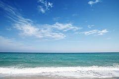 Abstrakcjonistyczna błękitna woda morska z biel pianą dla tła obraz stock