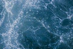 Abstrakcjonistyczna błękitna woda morska z biel pianą i bąble dla backgrou Fotografia Royalty Free