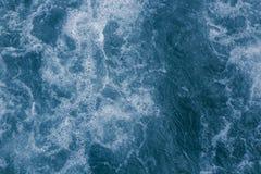 Abstrakcjonistyczna błękitna woda morska z biel pianą i bąble dla backgrou Fotografia Stock