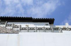 Abstrakcjonistyczna biel ściana, niebieskie niebo i Fotografia Royalty Free