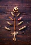 Abstrakcjonistyczna choinka rożki, cynamon i dekoracje, Zdjęcie Stock