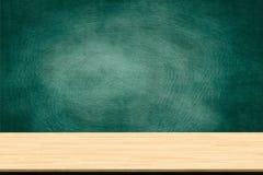 Abstrakcjonistyczna drewniana stołowa tekstura i kreda nacieraliśmy out na blackboard fotografia royalty free