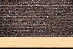 Abstrakcjonistyczna drewniana stołowa tekstura na starym rocznika ściana z cegieł tle obraz stock