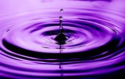 Abstrakcjonistyczna fotografia wodne krople Ładna tekstury i projekta fotografia z pozafioletowym kolorem obraz stock