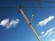 Abstrakcjonistyczna linia kolejowa przeciw niebieskim niebom i rozpraszać chmurom Zdjęcie Royalty Free