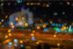 Abstrakcjonistyczna miastowa noc, round budynek lub stadium przy nocą z lekkim bokeh, zamazująca ostrość, mroczny czas dla tła, Obraz Stock