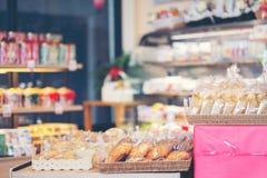 Abstrakcjonistyczna plama i defocused kawiarni wnętrze sklepu z kawą i piekarni zdjęcia stock