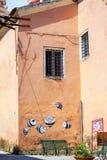 Abstrakcjonistyczna pszczoły sztuka na starej ścianie Zdjęcia Royalty Free