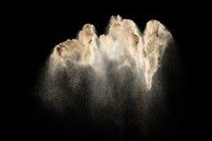 Abstrakcjonistyczna rzeczna piasek chmura Z?oty barwiony piaska plu?ni?cie przeciw czarnemu t?u ? fotografia royalty free