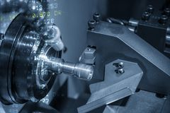Abstrakcjonistyczna scena CNC tokarski maszynowy rozcięcie nić przy metalu dyszlem zdjęcia stock