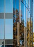 Abstrakcjonistyczna sekcja nowożytny budynek z szklaną fasadą w którym odbija słońce obrazy royalty free