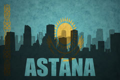 Abstrakcjonistyczna sylwetka miasto z tekstem Astana przy rocznika Kazakhstan flaga Obraz Stock