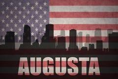 Abstrakcjonistyczna sylwetka miasto z tekstem Augusta przy rocznik flaga amerykańską obrazy stock