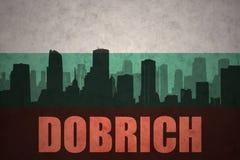 Abstrakcjonistyczna sylwetka miasto z tekstem Dobrich przy rocznika bulgarian flaga ilustracja wektor