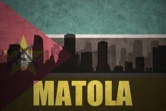 Abstrakcjonistyczna sylwetka miasto z tekstem Matola przy rocznika Mozambican flaga Zdjęcia Stock