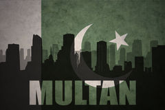 Abstrakcjonistyczna sylwetka miasto z tekstem Multan przy rocznika Pakistan flaga Obraz Royalty Free