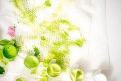 abstrakcjonistyczna tła ręka malująca akwarela Zielona plama farba na białej pielusze obraz stock