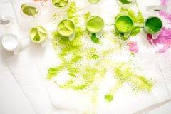 abstrakcjonistyczna tła ręka malująca akwarela Zielona plama farba na białej pielusze zdjęcia stock