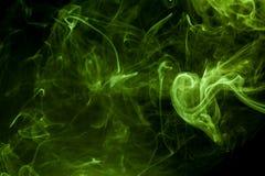 abstrakcjonistyczna tła czerń palenia chmura wytwarzał wielkiego zieleni kadzidło jak spojrzeń dymna substancja toksyczna Fotografia Stock
